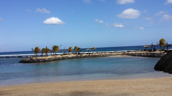 InterContinental Mauritius Resort Balaclava Fort: beautiful beach with small islet