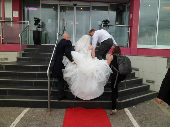 Tiffany's Hotel Blackpool : helping the bride with her dress