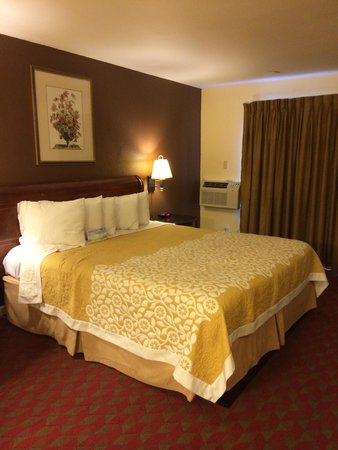 Days Inn San Simeon: Comfy bed at Days Inn