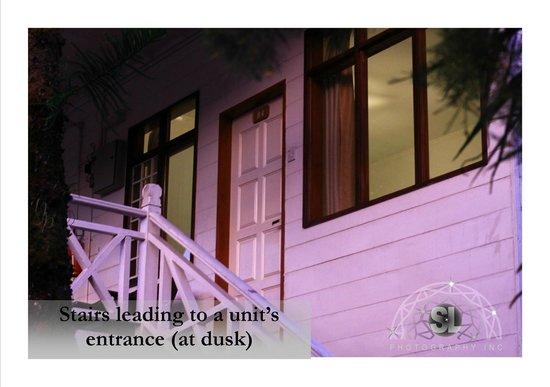 Kinabalu Pine Resort : Staircase to chalet unit.