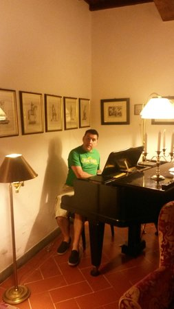 Hotel Cellai : pretending to play the piano