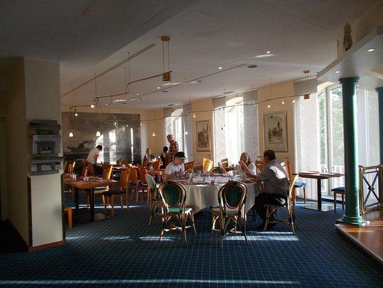 Star Inn Hotel Premium Bremen Columbus: salon del desayuno superior con vistas a la estación