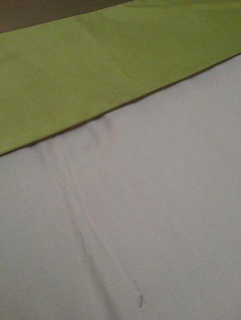 Mercure Maurepas Saint-Quentin: Un trou et une tache sur la bande de lit...mouai?!