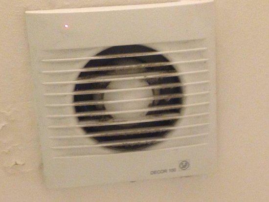 """Oporto: """"Filtro"""" que fica no teto do banheiro. Bem sujo, não!?"""