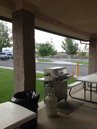 Silver Springs, NV: Rec Room with public grills...clean.