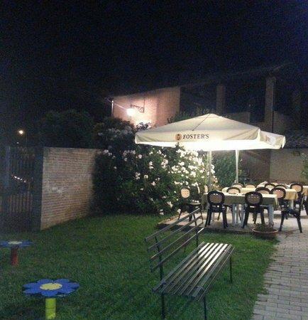 Trilogy Club Pizzeria Ristorante Pub : Tavoli adiacenti al parco