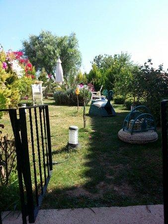 Chigdem Hotel: Der Garten. Man kann sich hinsetzen und sein Tee oder Kaffee genießen zwischen den wunderschönen