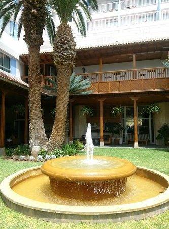 Patio interior con acceso a la piscina