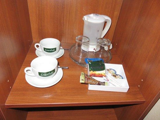 Maxima Panorama Hotel: 湯沸かしポットと無料のコーヒーセットがあります。
