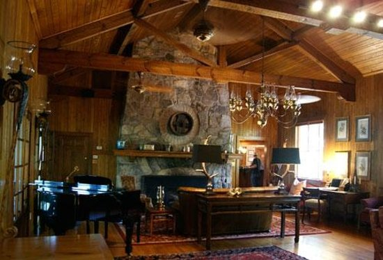 The Lodge on Lake Lure: Piano lounge