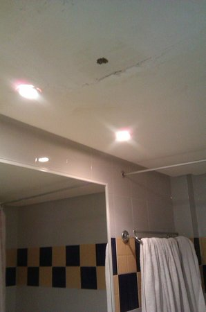 Caribbean World Borj Cedria : plafond de la salle de bain délabré