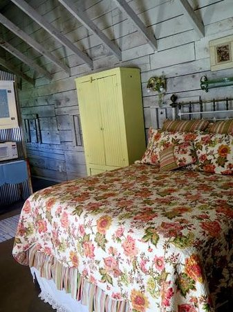 Four Mile Creek Bed and Breakfast: Comfy Bed