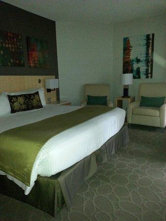 Delta Hotels par Marriott Montréal : King bed corner room