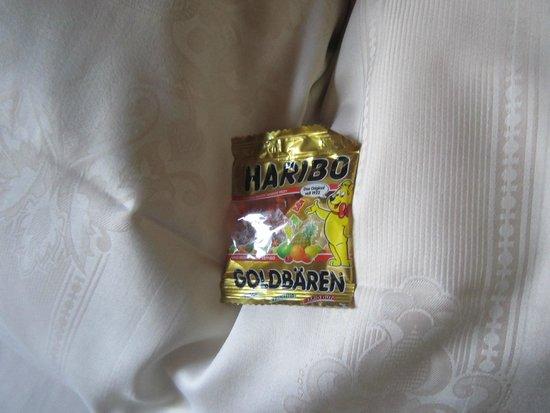 Hotel Burg Colmberg: gummi bears on bed