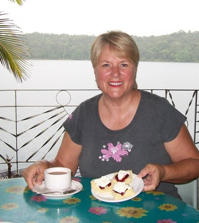 Lake Barrine Tea House, Restaurant And Cottage Accomodation: Wonderful scones with morning tea overlooking Lake Barrine