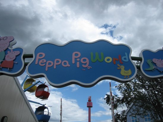 Paultons Park: Entry Sign - Peppa Pig World