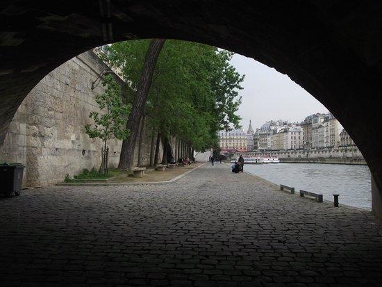 Ile de la Cite : Passando por baixo da Saint-Michel em direção à Catedral de Notre-Dame