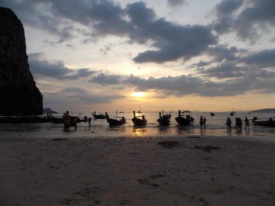 puesta de sol en railay beach