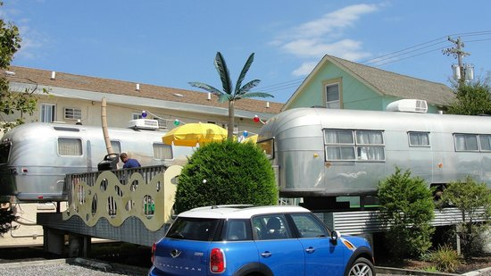 The StarLux Hotel & Suites : Trailers across the street