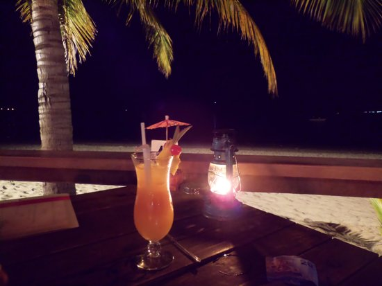 Smugglers Cove Beach Resort & Hotel: Having dinner