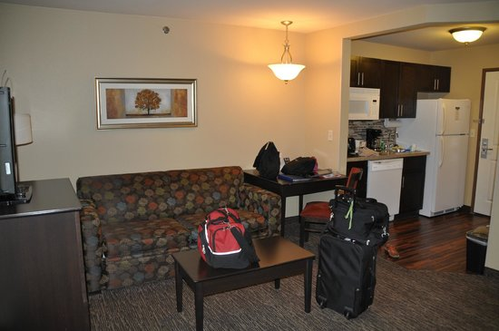 MainStay Suites Rapid City: Sitting area and kitchenette