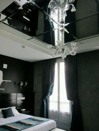 detalle del techo con espejo: fotografía de maison albar hotel paris
