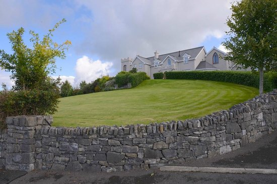 Rossmore Manor: front lawn