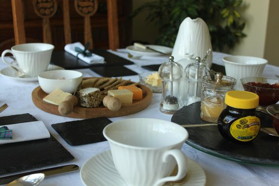 Wyvis Boutique Bed & Breakfast: Breakfast Table ready for guests