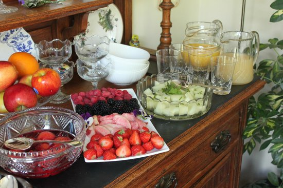 Wyvis Boutique Bed & Breakfast: Local fruit for Breakfast