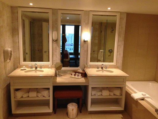Harrah's New Orleans: Suite bathroom