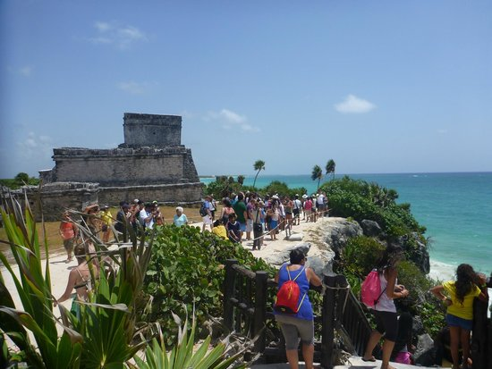 Tulum Avenue : The crowd enjoys the great view from the cliff top