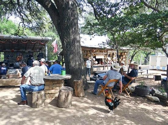 Luckenbach Texas: People enjoy the music