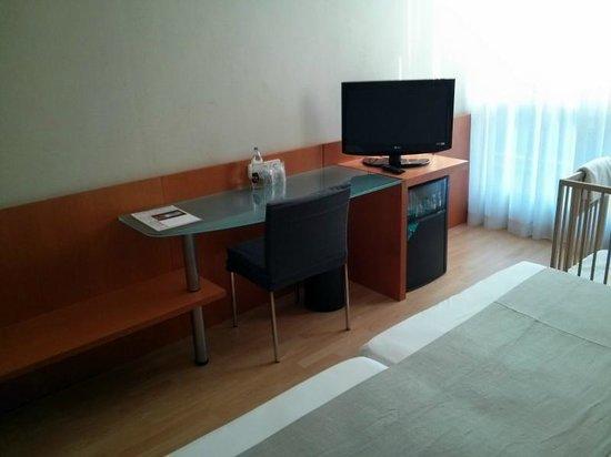 Silken St. Gervasi Hotel: Desk and TV