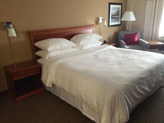 Four Points by Sheraton Charleston: Bed