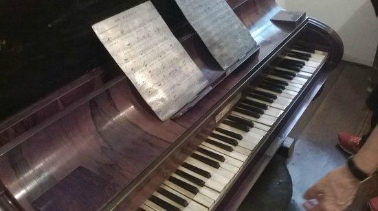 Museu do Diamante: Piano antigo com partituras metálicas