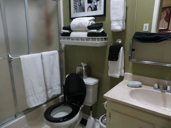 Essex Manor Hotel Apartments: Baño