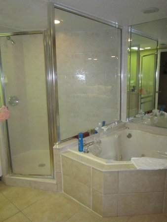 Westgate Towers Resort : Jacuzzi y ducha de la habitacion principal