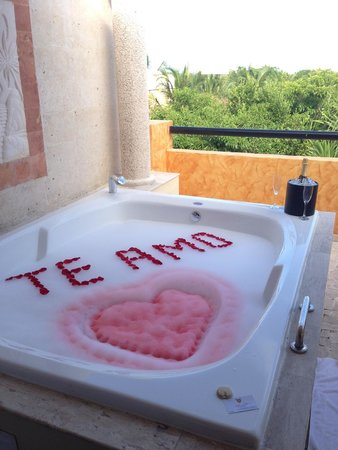 The Royal Suites Yucatan by Palladium: Jacuzzi