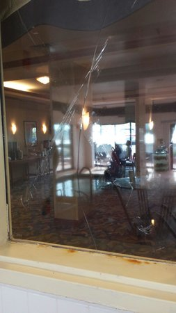 Hampton Inn and Suites Denver-Cherry Creek: Broken pool window