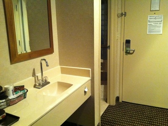 Comfort Inn Utica: Convenient 2nd sink outside bathroom
