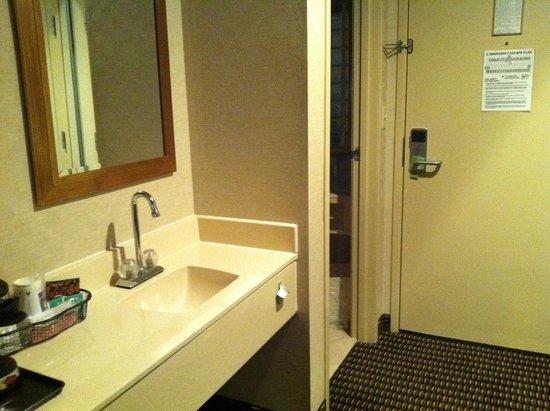 كومفرت إن يوتيكا: Convenient 2nd sink outside bathroom