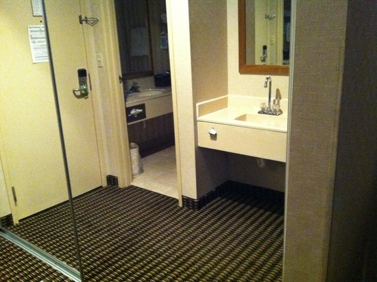 Comfort Inn Utica: Mirrored closet doors, very large closet