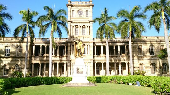 Waikiki Gateway Hotel: King Kamehameha Statue, downtown Honolulu