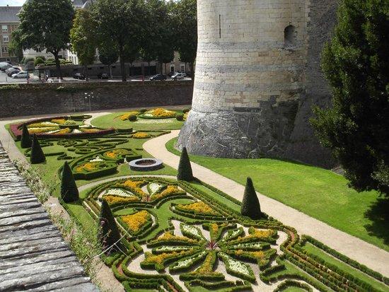 Castle of Angers: Il giardino all'inglese nel fossato