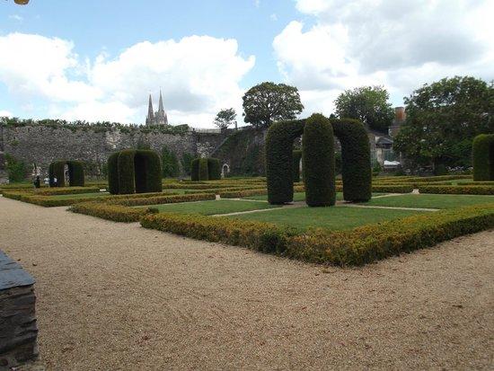 Castle of Angers: il giardino nel cortile interno