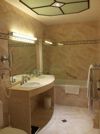 Hotel Metropole: Nice clean bathroom