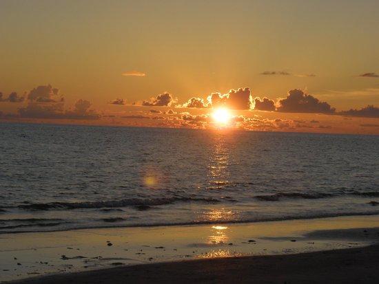 Barefoot Beach Hotel: Gorgeous sunset