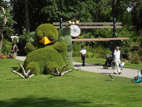 Uccello a riposo accanto alla panchina gigante photo de for Restaurant jardin des plantes nantes