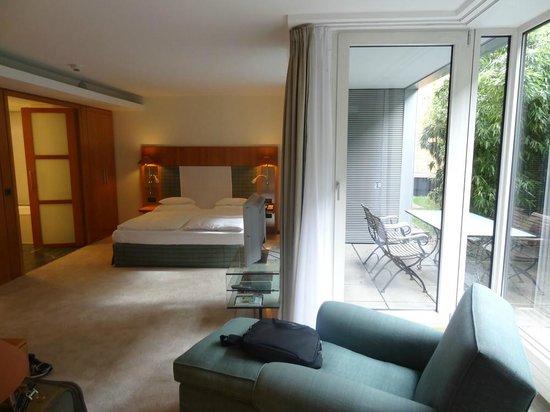 The Mandala Hotel: Partie chambre vue depuis le salon