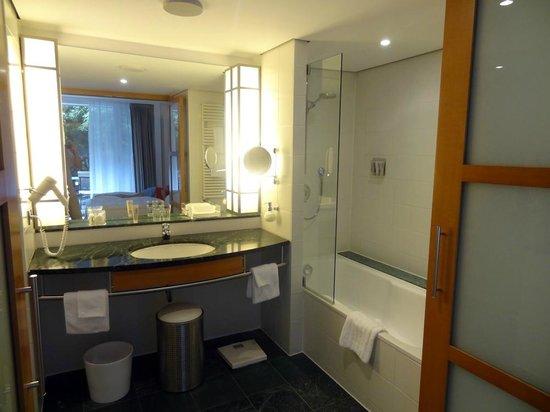 The Mandala Hotel: Grande salle de bains mais donnant directement sur le lit